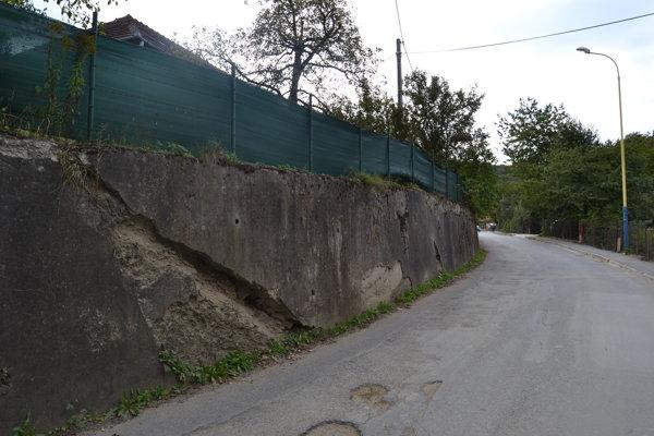 Múr na ulici Za Kalváriou už čoskoro majú začať opravovať.
