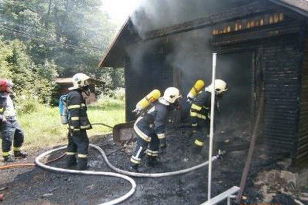 Oheň chatu úplne zničil.