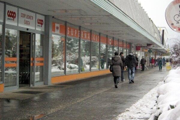Chodníky pri obchodoch musia byť čisté.