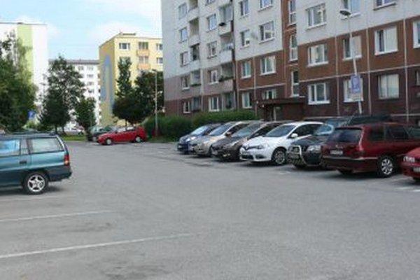 Majitelia bytov z priľahlého paneláka chcú dokázať, že im parkovisko patrí.