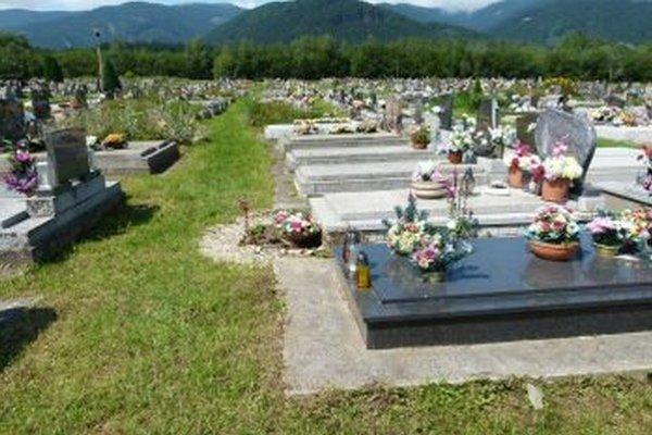 Pozostalí si často svojvoľne skrášľujú hroby aj mimo zaplateného miesta.