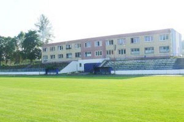 Futbalový štadión. Trávnik prechádza kompletnou renováciou.