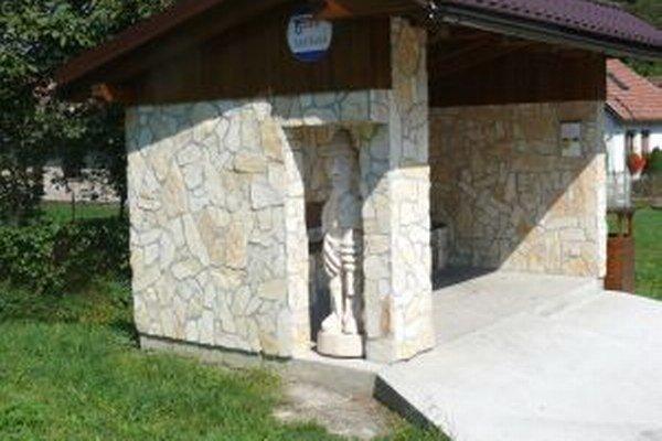 Novú zastávku skrášľuje aj socha drevorubača.