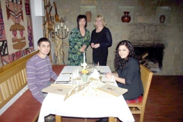 Denis u s priateľom privítali v Banco del Peru  majiteľka Anna Krchňavá (vľavo) a  zástupca redakcie Danka Manová.