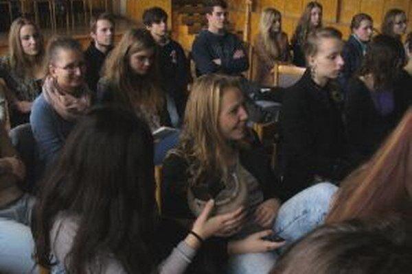 Študenti besedovali s archeológom.