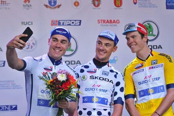 Zľava Fabio Jakobsen v drese pre najlepšieho pretekára do 25 rokov, Yves Lampaert v drese pre najlepšieho jazdca bodovacej súťaže a víťaz prológu Bob Jungels.