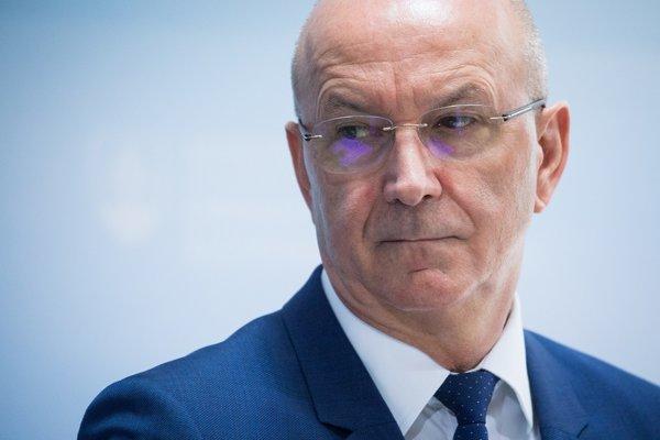 OĽaNO kritizuje aj Jána Hoľka, súčasného tajomníka služobného úradu ministerstva obrany, ktorého nominácia na post šéfa NBÚ by podľa hnutia bola bezpečnostnou katastrofou.