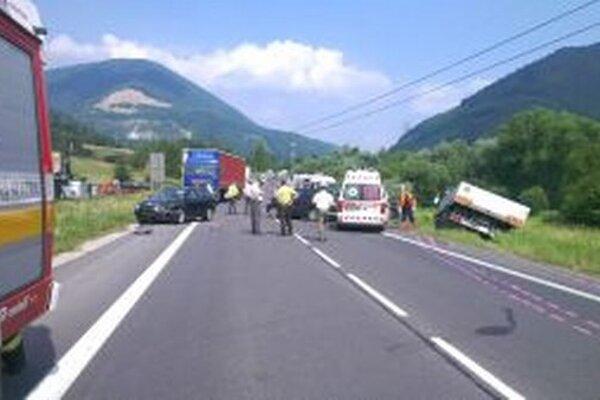Štyroch zranených si vyžiadala zrážka dvoch osobných a jedného nákladného auta pri Vrútkach v júni minulého roku.