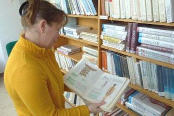 A. Sochuľáková ukazuje lekársku knihu, v ktorej si študenti vyznačujú pasáže.