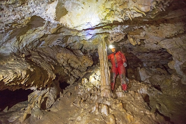 Marek  Velšmid na najvyššom podlaží jaskyne, kde je zachovaná krásna výzdoba.