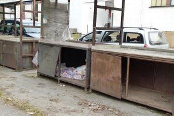Tržnica na Ľadovni sa stala útočiskom pre bezdomovcov, ktorí prespávajú v priestore na debničky.