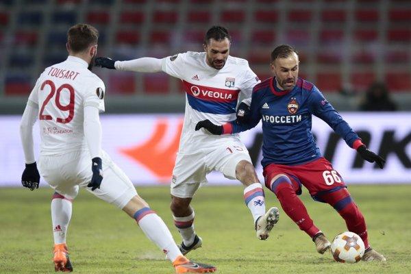Hráč CSKA Bibras Natcho (vpravo) v súboji s Jeremym Morelom (uprostred) a  Lucasom Tousartom z Lyonu.