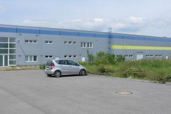 Vo fabrike za železničnou stanicou by malo pracovať až 200 ľudí.