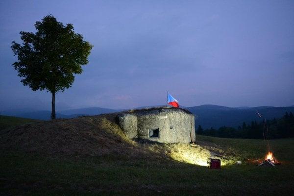 Jeden z nasvietených bunkrov na hranici bývalého Československa.