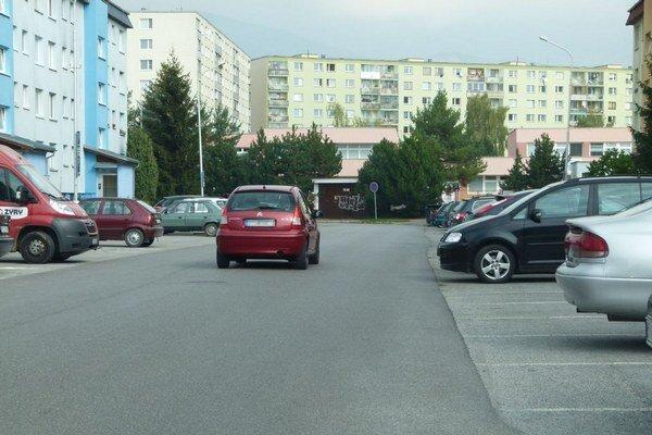 Hurbanova ulica. Obyvatelia tu žiadajú osadiť spomaľovače.
