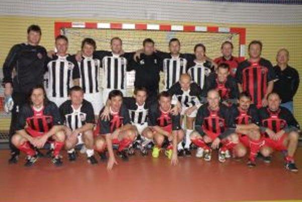 Spoločná fotografia oboch púchovských tímov.