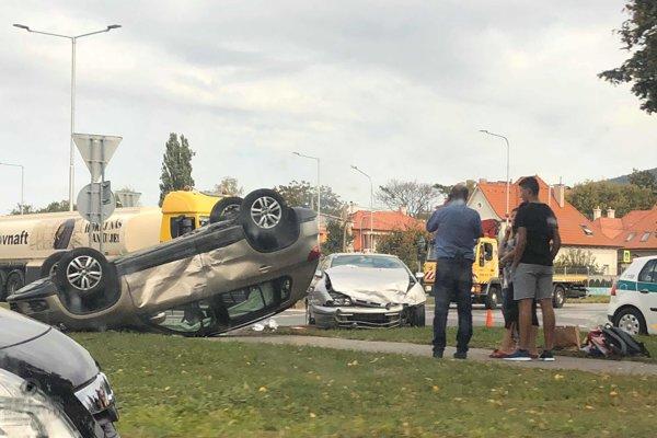 Nehoda na kruhovom objazde.