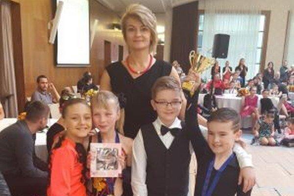 Trénerka A. Drljača s malými tanečníkmi.