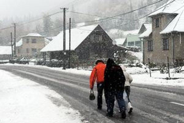 V podhorských obciach sa s ním pasujú každý rok. Zimy sú veľmi teplé, sneh je ťažký a narobí viac škôd.