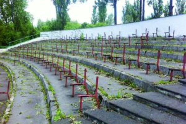 Kapacita amfiteátra je obmedzená chýbajúcim počtom lavičiek.