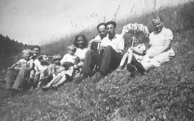 Helena Kutliaková (vpravo) s kolegami a ich príbuznými nad sociálnym domom, ktorý stavali pri Oravskej priehrade.