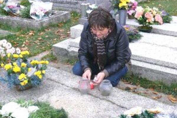 Na cintoríne v Beniciach. Pamiatku svojich najbližších si uctila aj Iveta Michalková.