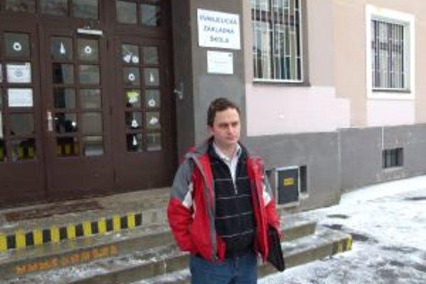 Riaditeľ školy Jozef Sopoliga upovedomil o situácií nielen učiteľov, ale i rodičov.
