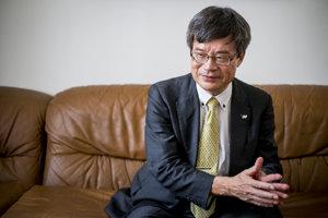 Hiroši Amano (na fotke) a vedci Isamu Akasaki a Šuji Nakamura získali v roku 2014 Nobelovu cenu za objav modrých LED diód, ktoré šetria energiu.