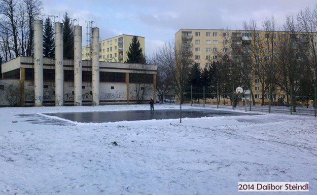 V zime sa za pomoci dobrovoľníkov zmení ihrisko na ľadovú plochu.