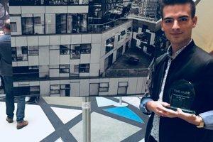 Oliver Kuklovský s cenou Mladý fotograf roka v Birminghame. Víťazná fotografia vznikla na najvyššom poschodí budovy The Cube.