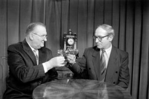 Lúčenie politikov. Michal Kováč - posledný predseda Federálneho zhromaždenia ČSFR a prvý slovenský prezident na snímke z konca roku 1992 spolu s posledným federálnym premiérom Janom Stráskym.