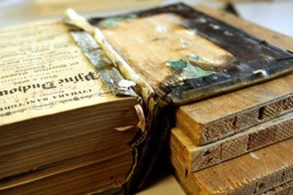Tisíce kníh musia odkysliť, aby sa nerozpadli, a potom digitalizovať.