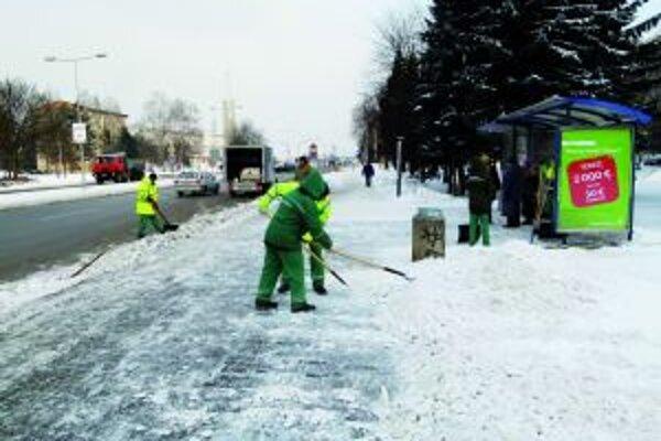 Okrem ciest a chodníkov sa čistia aj zastávky MHD.