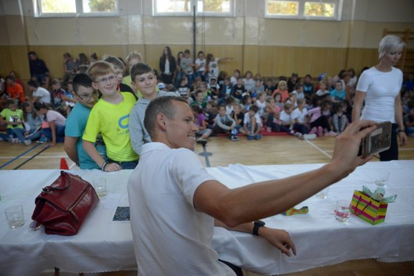 Zvolenské deti si s Matejom Tóthom robili selfie.