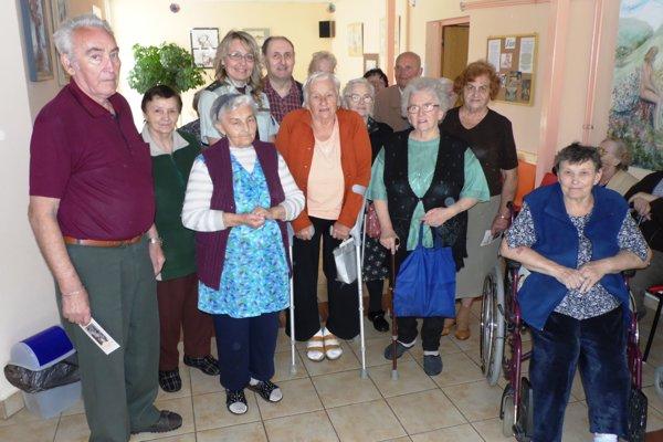 Ľudmila Húsková so seniormi v Centre sociálnych služieb na martinskej Ľadovni.