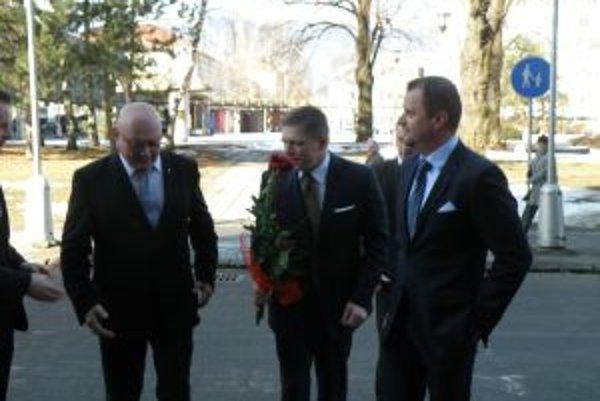 Premiér v Martine. Roberta Fica pred mestským úradom vítali  predseda MS Marián Tkáč (vľavo) a primátor mesta Martin Andrej  Hrnčiar.
