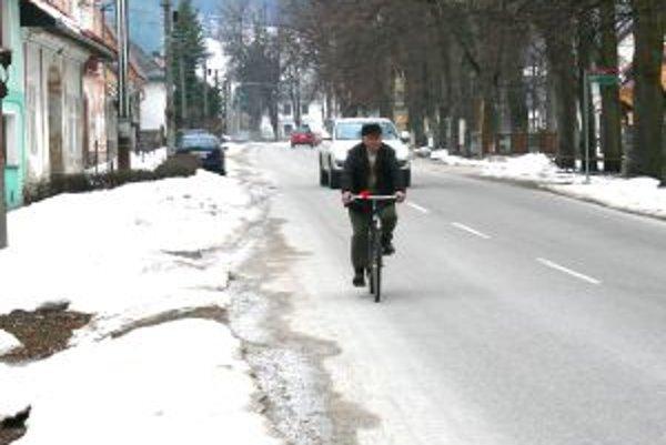 Kláštor pod Znievom. Minulý týždeň vo štvrtok sneh ešte lemoval ulice.