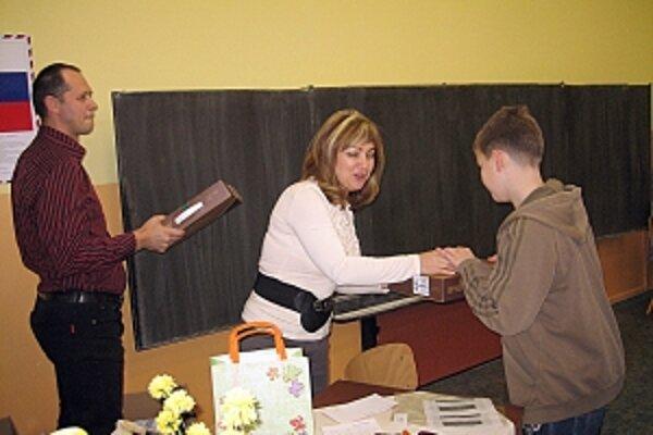 Notebooky odovzdáva žiakom bývalá triedna učiteľka Anna Lagíňová spolu s Miroslavom Mytnikom.