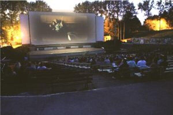 Nočné letné kino je u Turčanov obľúbené.