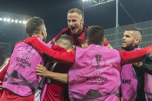 Futbalisti Trnavy sa radujú po góle Mateja Oravca.