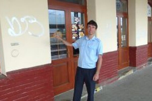 Prednosta Peter Lisoň ukazuje časť popísanej budovy stanice.