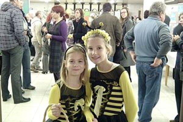 Účastníkov konferencie vítali deti z CVČ Včielka medovníčkami.