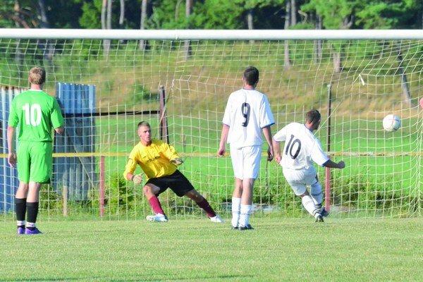 Tomáš Dianovský z Malého Čepčína s istotou premenil premenil penaltu. Brankár Hája Bágel bol bezmocný.