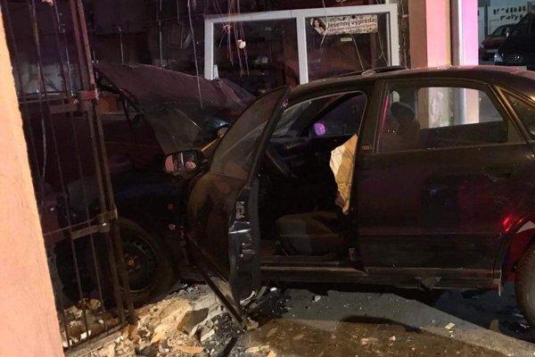 Auto nabúralo do záložne.