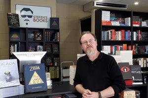 Stefe Brazulaitis predáva literatúru už takmer pol storočia