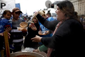 V slume na predmestí argentínskej metropoly vyčkávajú ľudia pred charitatívnou kuchyňou v nádeji, že sa im ujde aspoň malá porcia jedla. Každý deň prichádza na polievku do kuchyne organizácie Happy Kids čoraz viac ľudí.