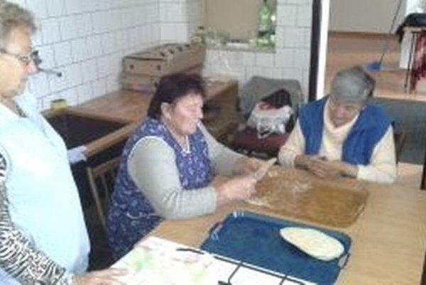 Seniorky z Podhradia obstrihávajú hotové oblátky.