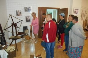 Seniori si pozreli výstavy v Kysuckom múzeu v Čadci.