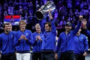 Roger Federer dvíha nad hlavu trofej po víťazstve tímu Európy na druhom ročníku Rod Laver Cupe.