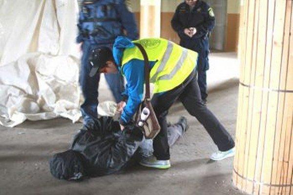 V objekte si mladí strážcovia poriadku poradili s unikajúcim pácheteľom.